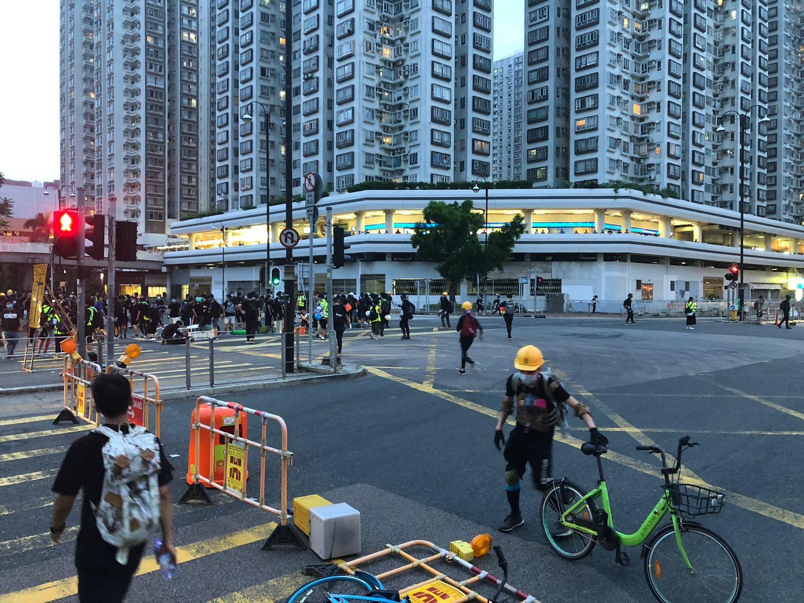 有示威者堵塞源禾路十字路口。