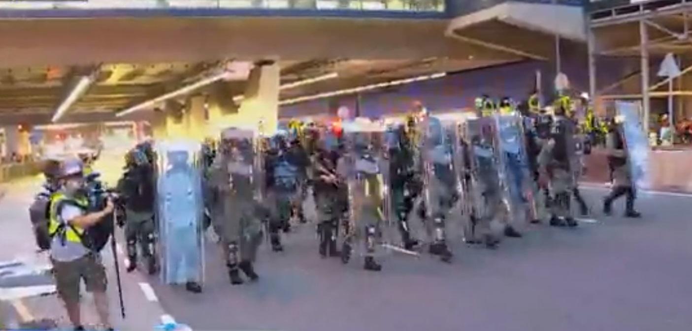 防暴警察到場。NOW新聞截圖