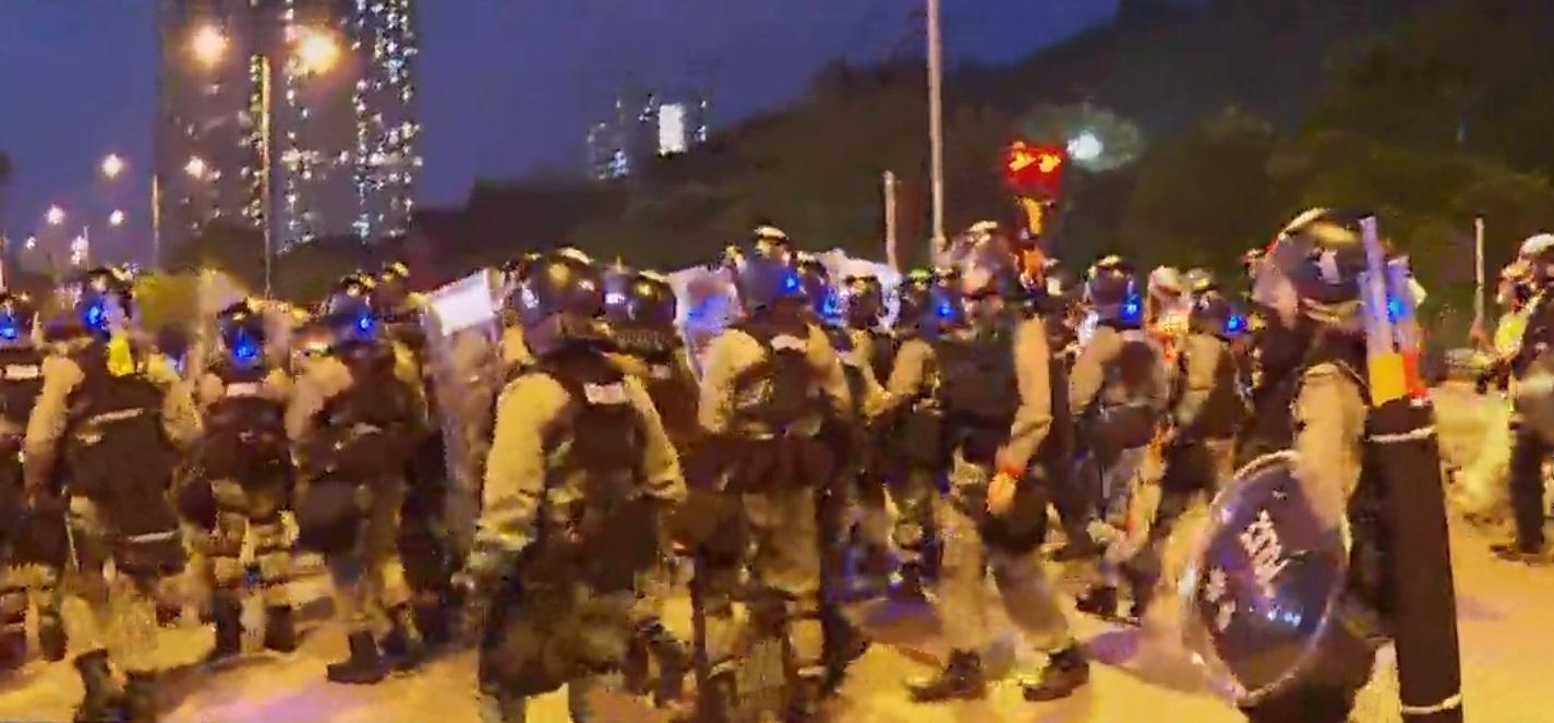 防暴警察車公廟路驅散。NOW新聞截圖