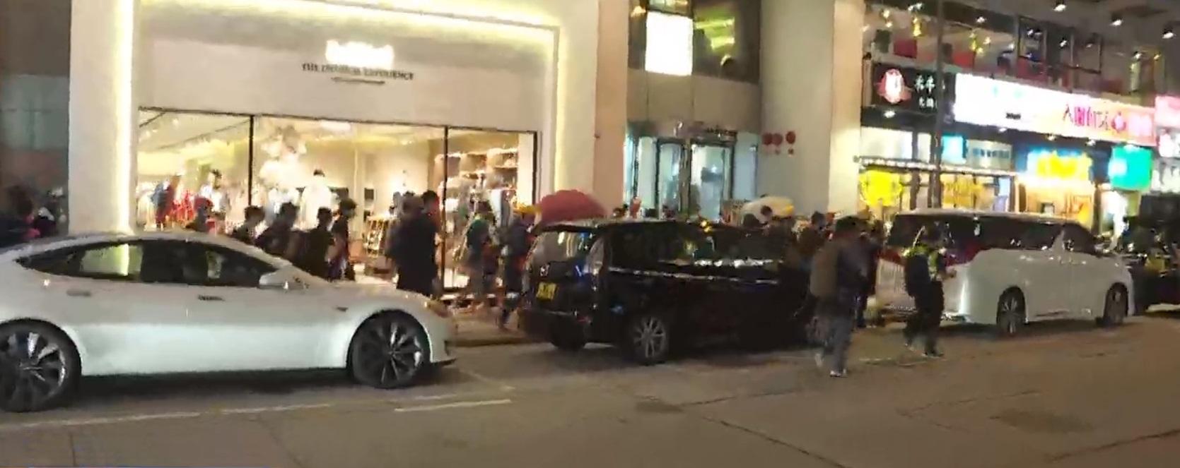 示威者行出尖沙嘴多處馬路。NOW新聞截圖