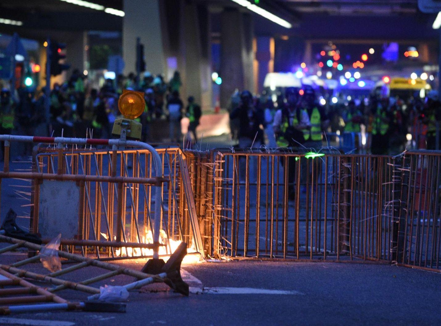 示威者疑縱火焚燒路障。