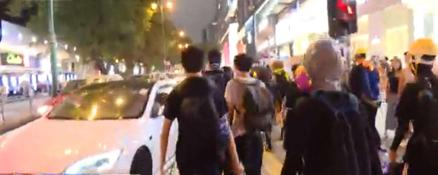 示威者行出尖沙嘴彌敦道。NOW新聞截圖