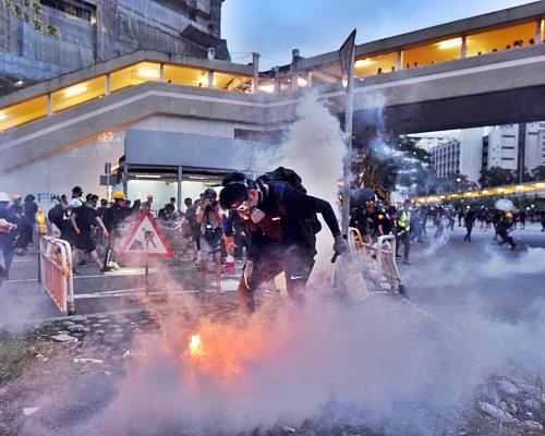 示威者堵塞大圍交通後快閃 防暴警察到場施放催淚煙