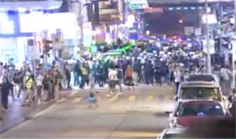 示威者退守加連威老道。NOW新聞截圖