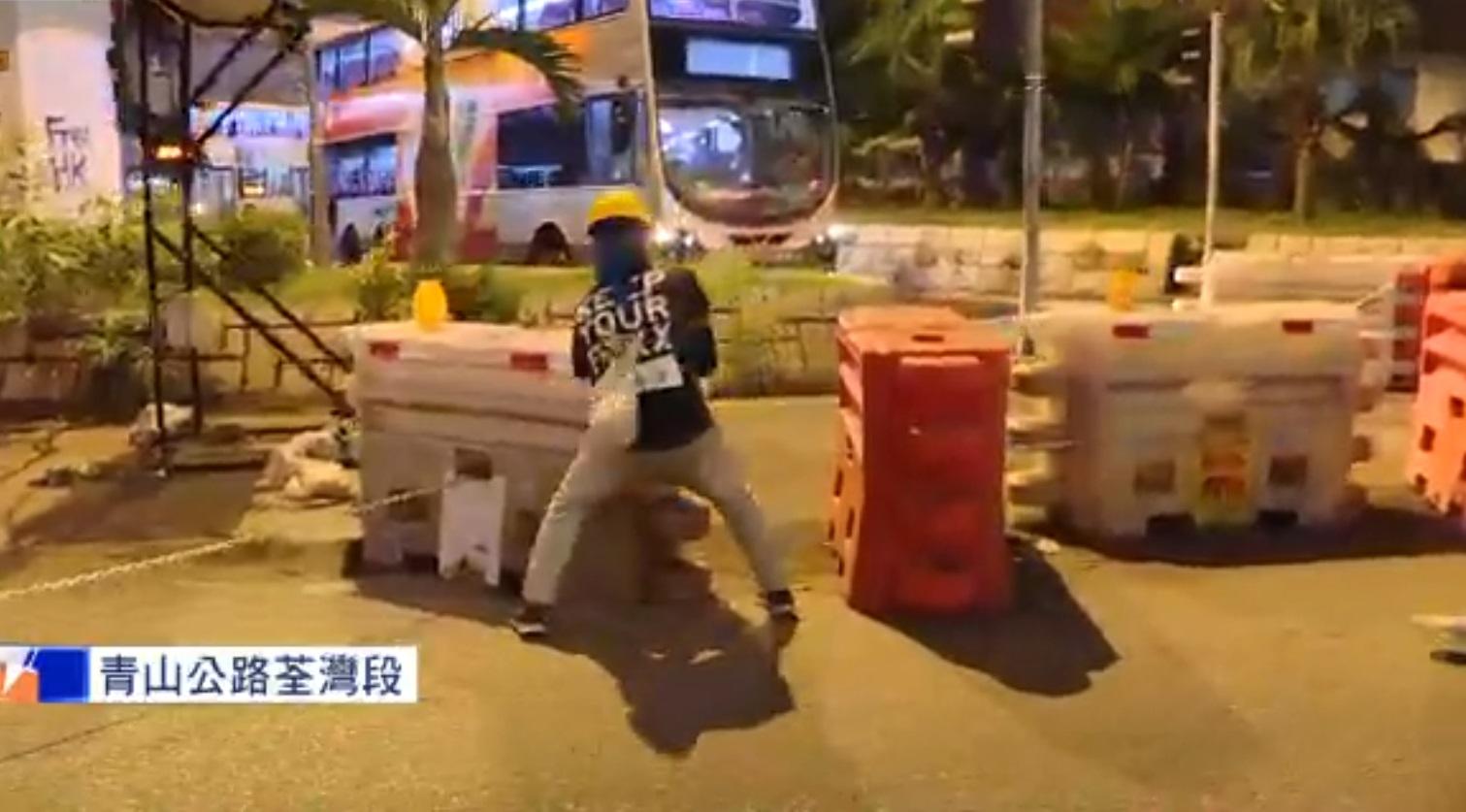 荃灣示威者堵塞青山公路。NOW新聞截圖