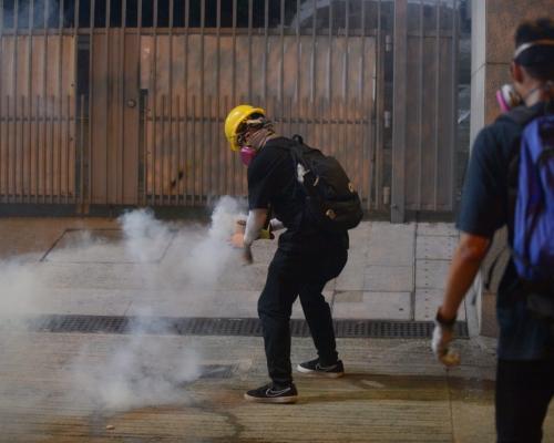 女子被帶走示威者群情洶湧 尖沙嘴警署警察射多枚催淚彈舉橙旗