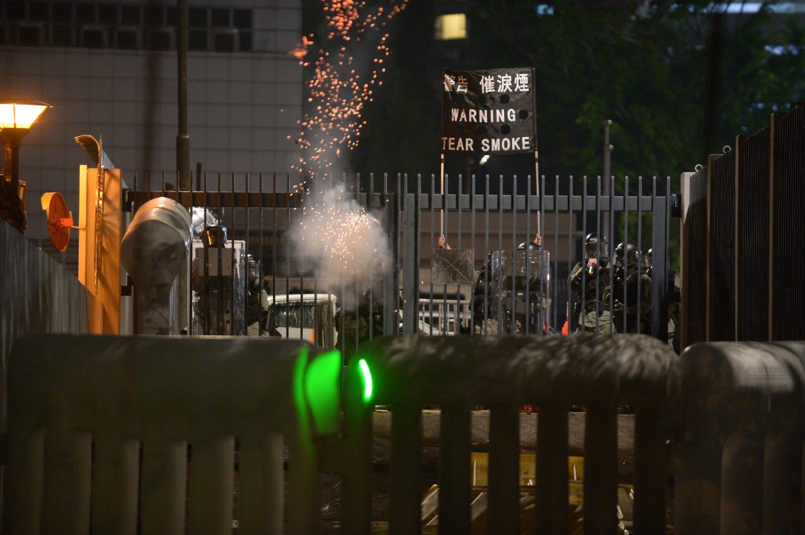 警察多次發射催淚彈。