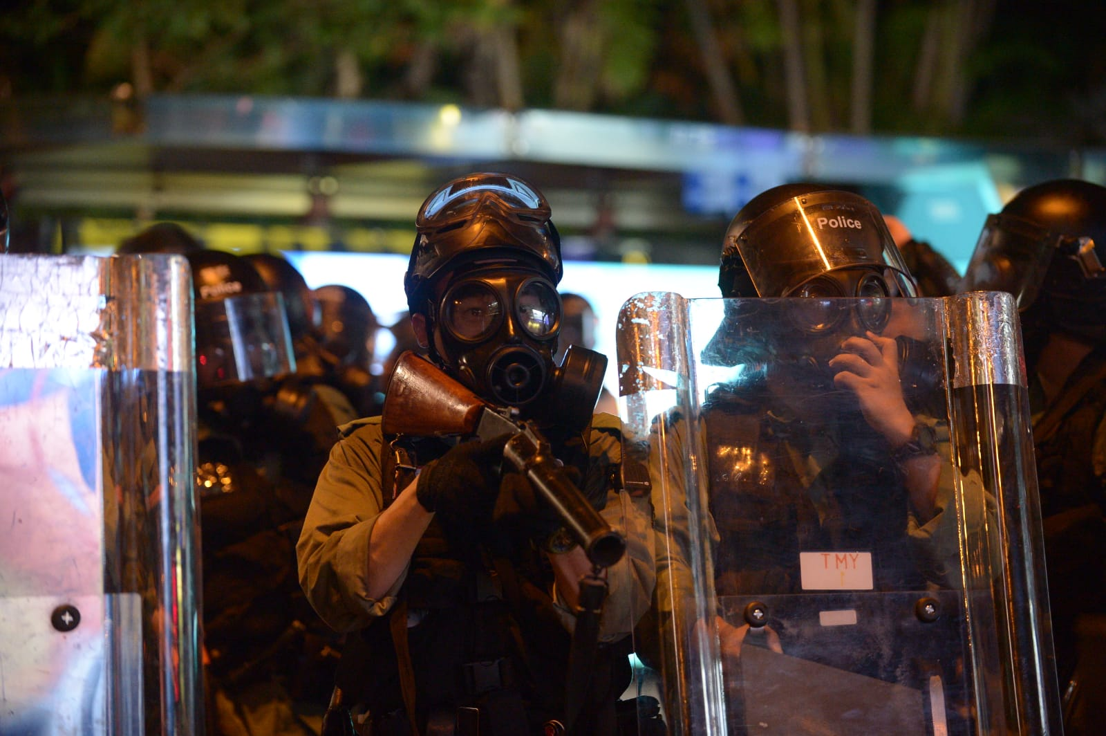 警察逐步後退。