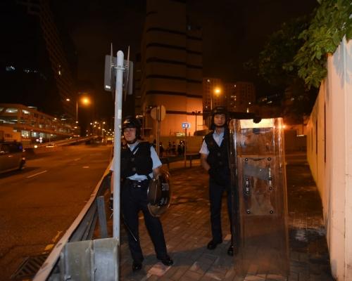 部分示威者轉戰九龍灣 疑向牛頭角警署擲煙霧餅