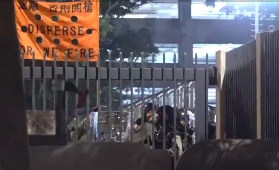 警察舉起橙旗警告開槍。NOW新聞截圖