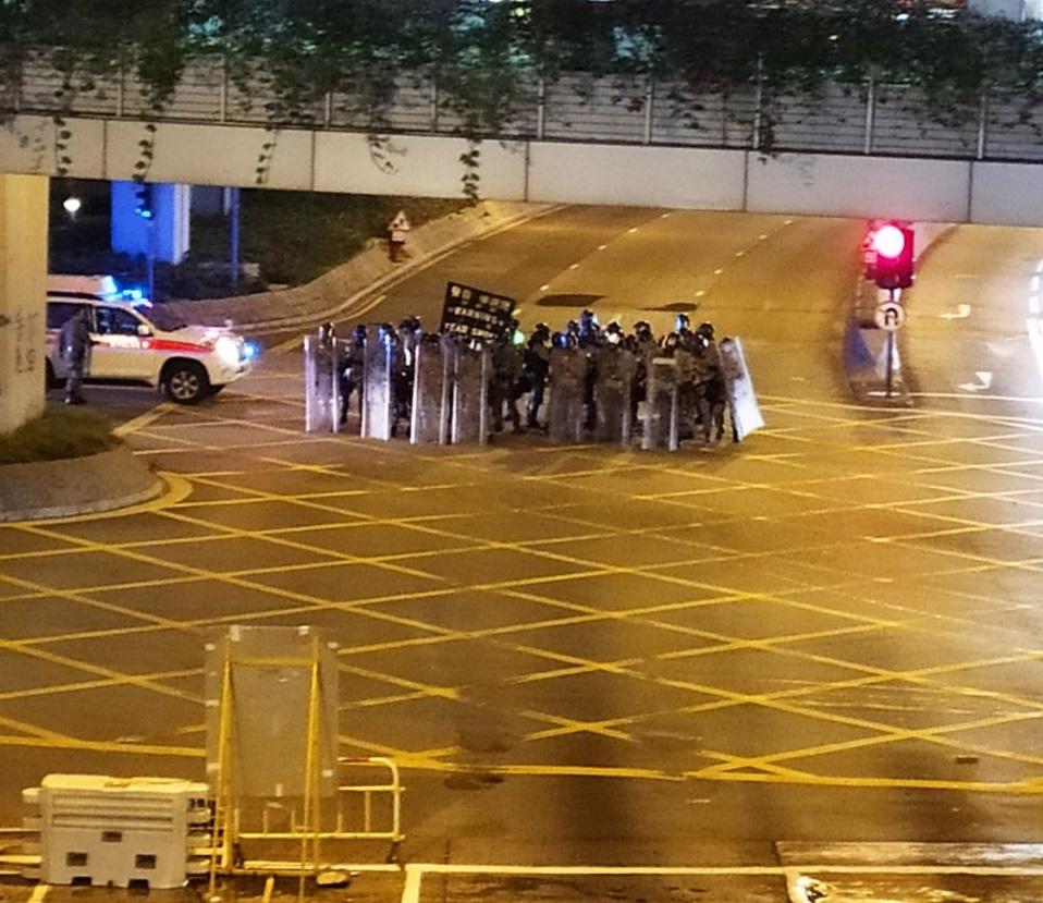 防暴警察展示黑旗。網上圖片