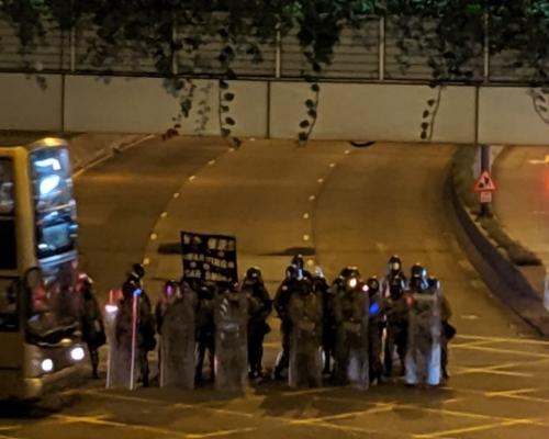 荃灣示威者堵塞青山公路大河道後快閃 防暴警察展示黑旗