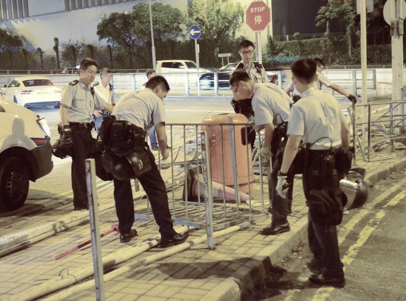 示威者分別到九龍灣及觀塘聚集,警方其後到場。