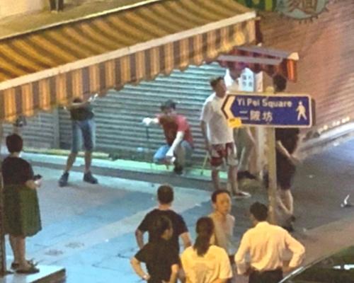 荃灣戴手套白衣漢聚集疑手持武器 途人被趕警車到場巡查
