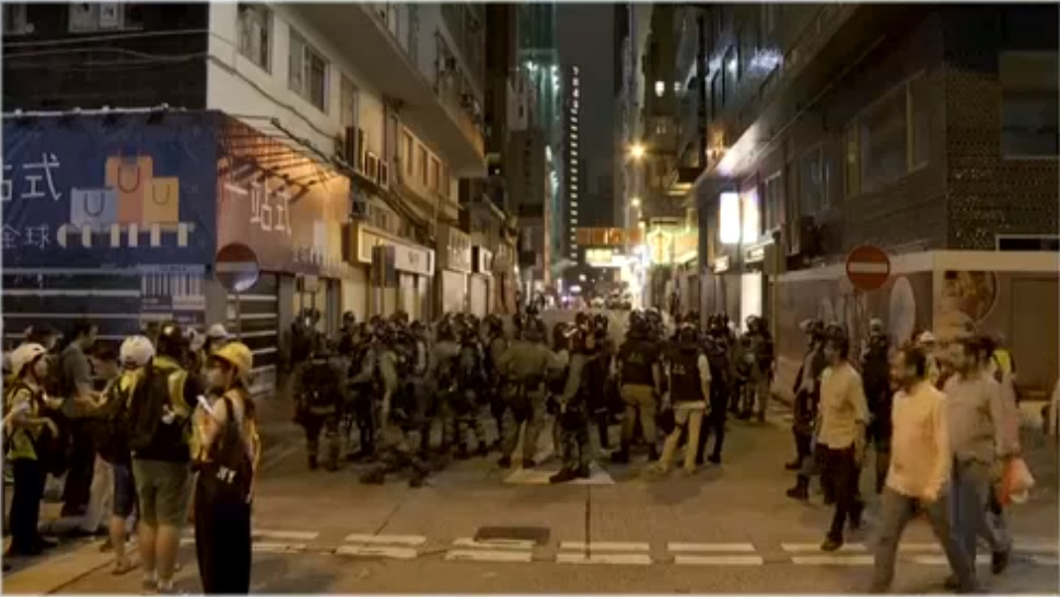 警察搜捕示威者。港台電視截圖