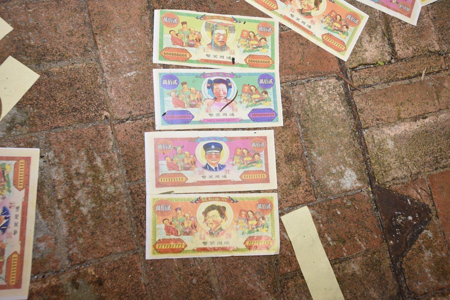 燒衣人士焚燒印有懷疑特首林鄭月娥及警務處處長盧偉聰肖像的衣紙。