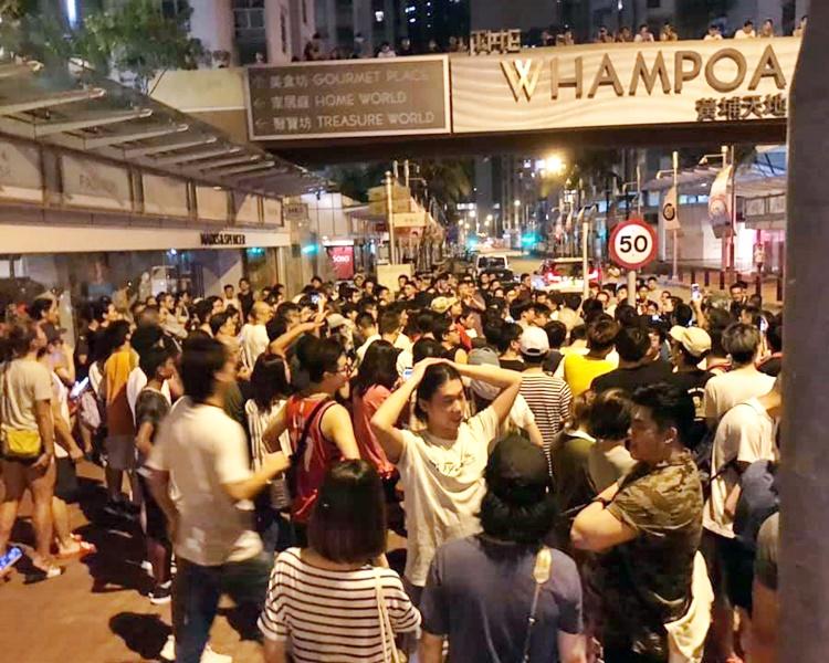 有街坊不滿保安容許警員進入屋苑,要求交代。FB「黃埔好東西」Joe Choi圖片