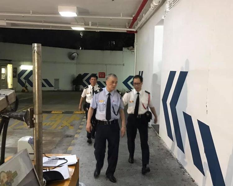 有街坊不滿保安容許警員進入屋苑。FB「黃埔好東西」Joe Choi圖片