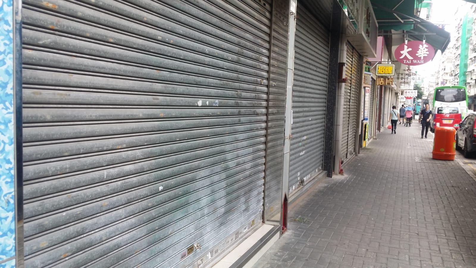 深水埗多條街道上的商鋪早上已落閘,暫停營業。