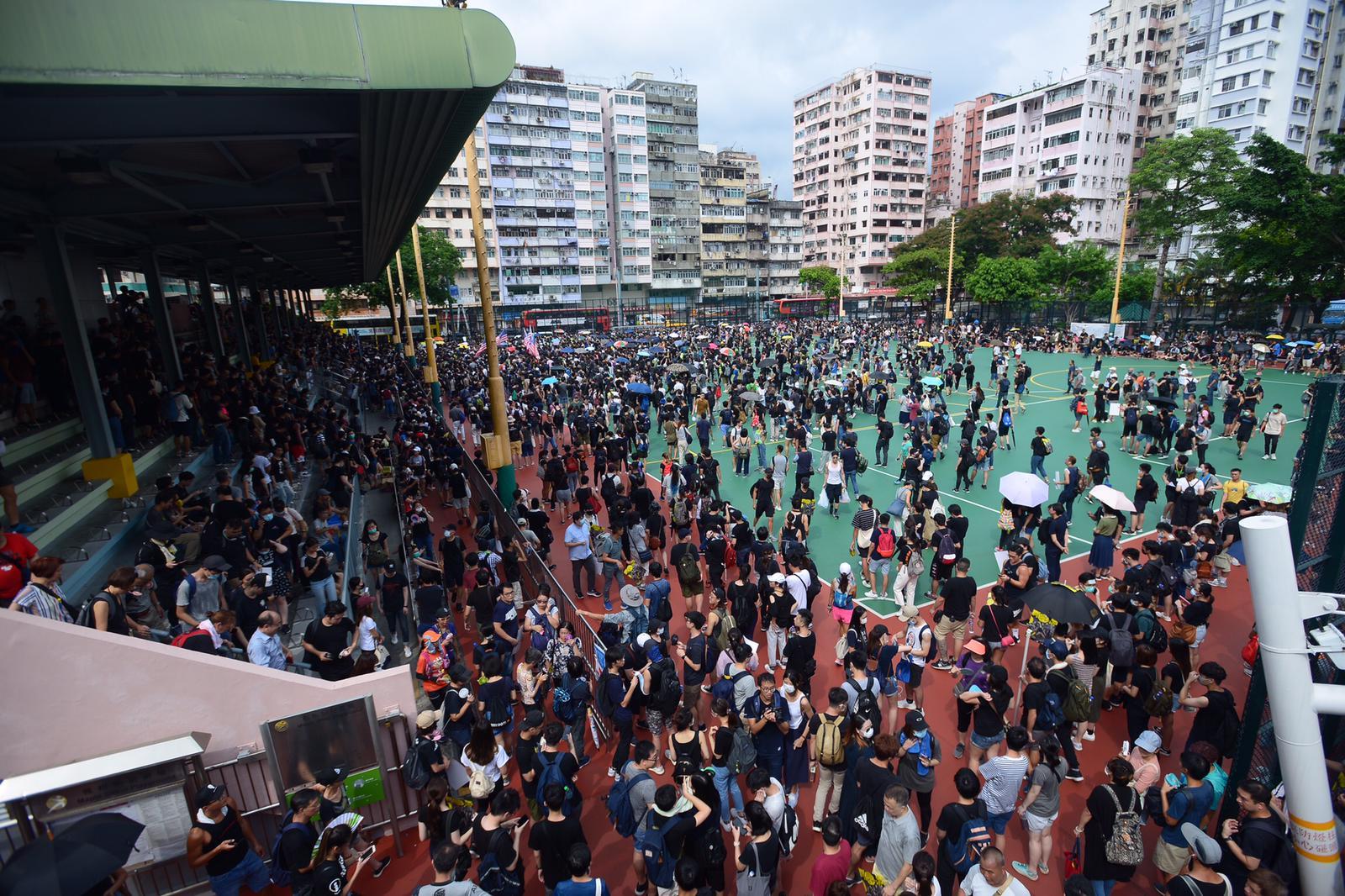 黑衣群眾楓樹街球場起步。