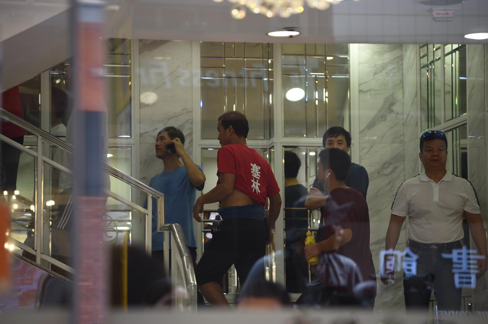 北角紅衣人涉追打市民。
