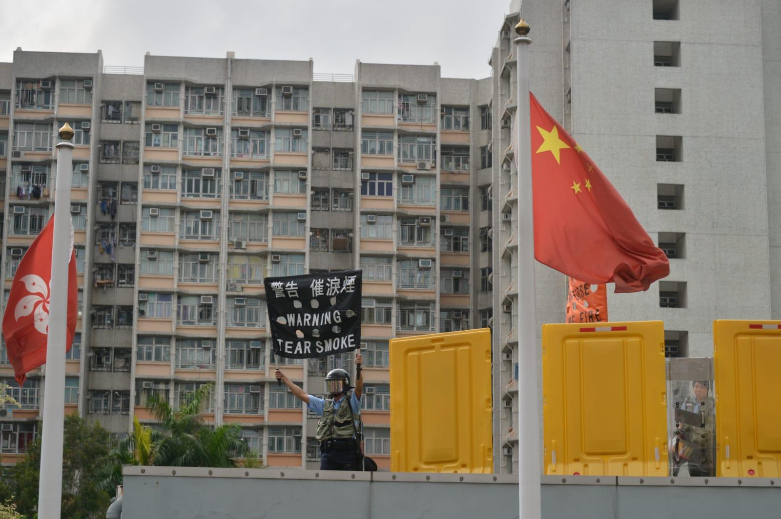 警察深水埗警署出示黑橙旗警告