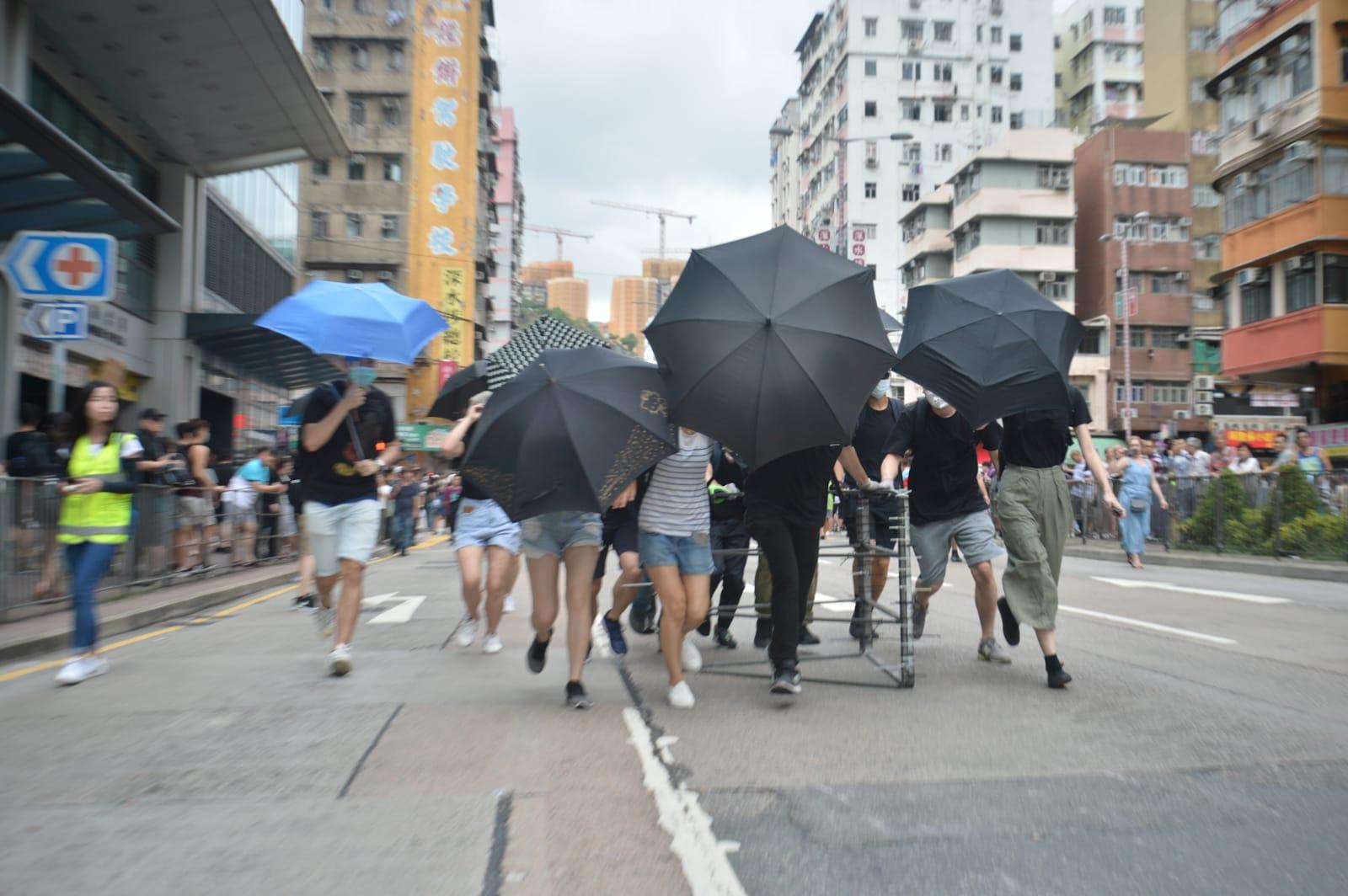 示威者架設路障