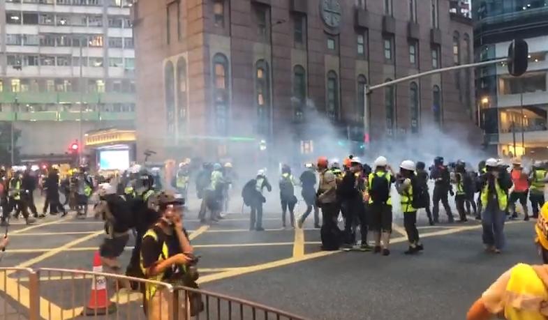 警方施放催淚彈。