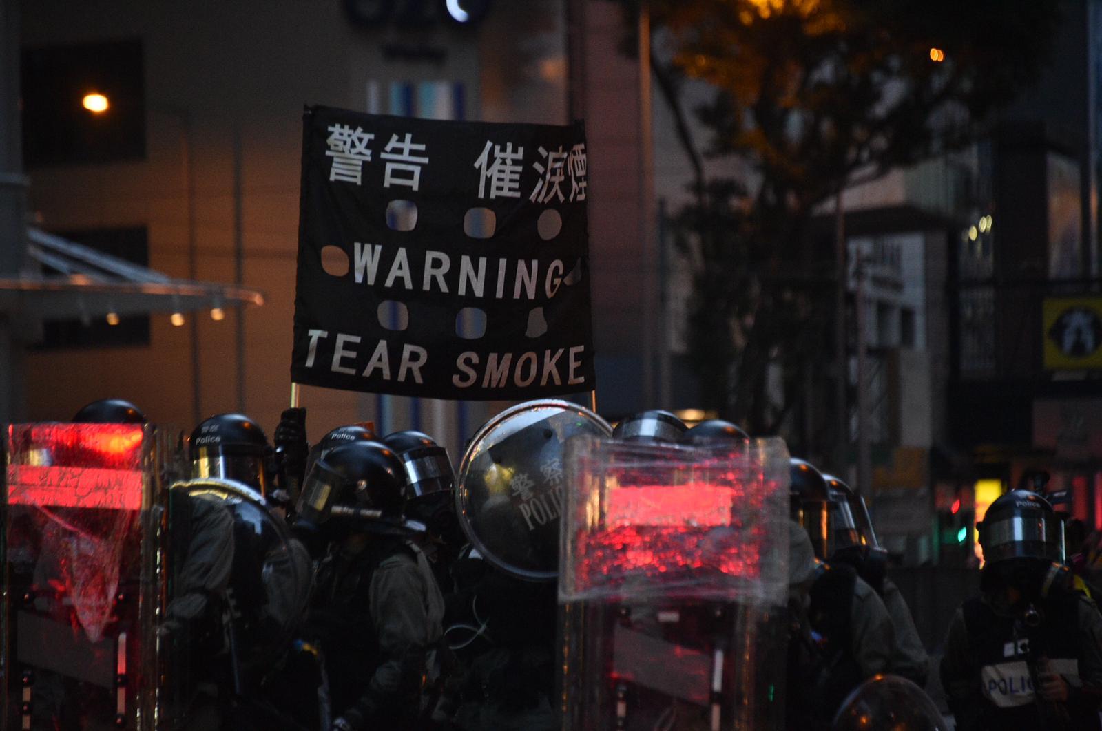 警方舉旗警告。