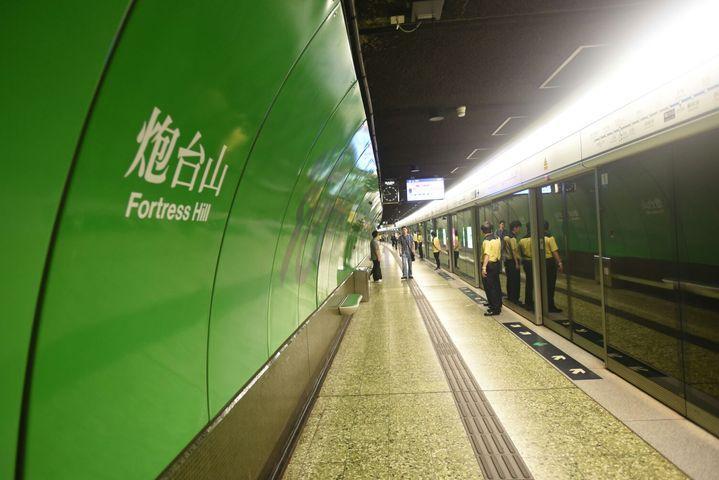 港鐵安排特別列車接載乘客離開炮台山站。資料圖片