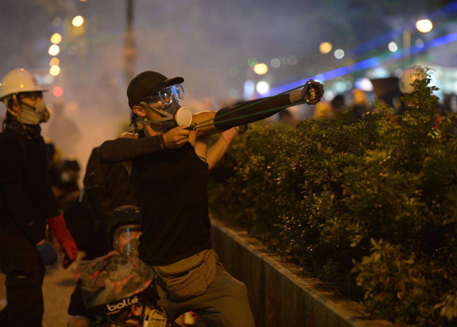 示威者鐳射筆照射警署。