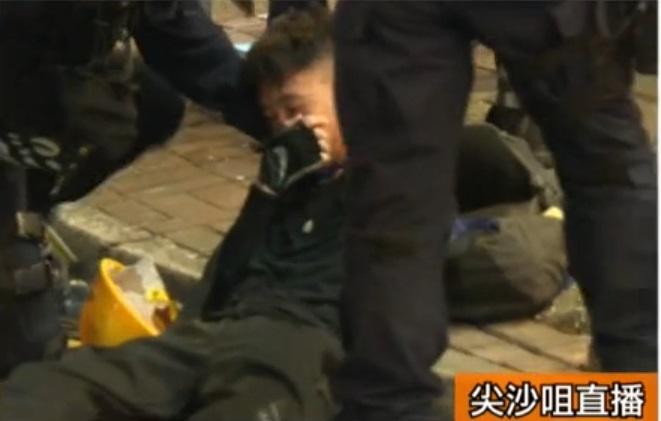 警察制服多名示威者。有線新聞