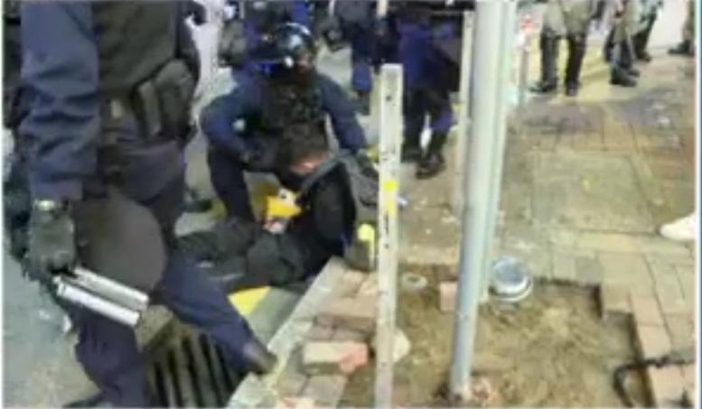警察制服多名示威者。NOW新聞