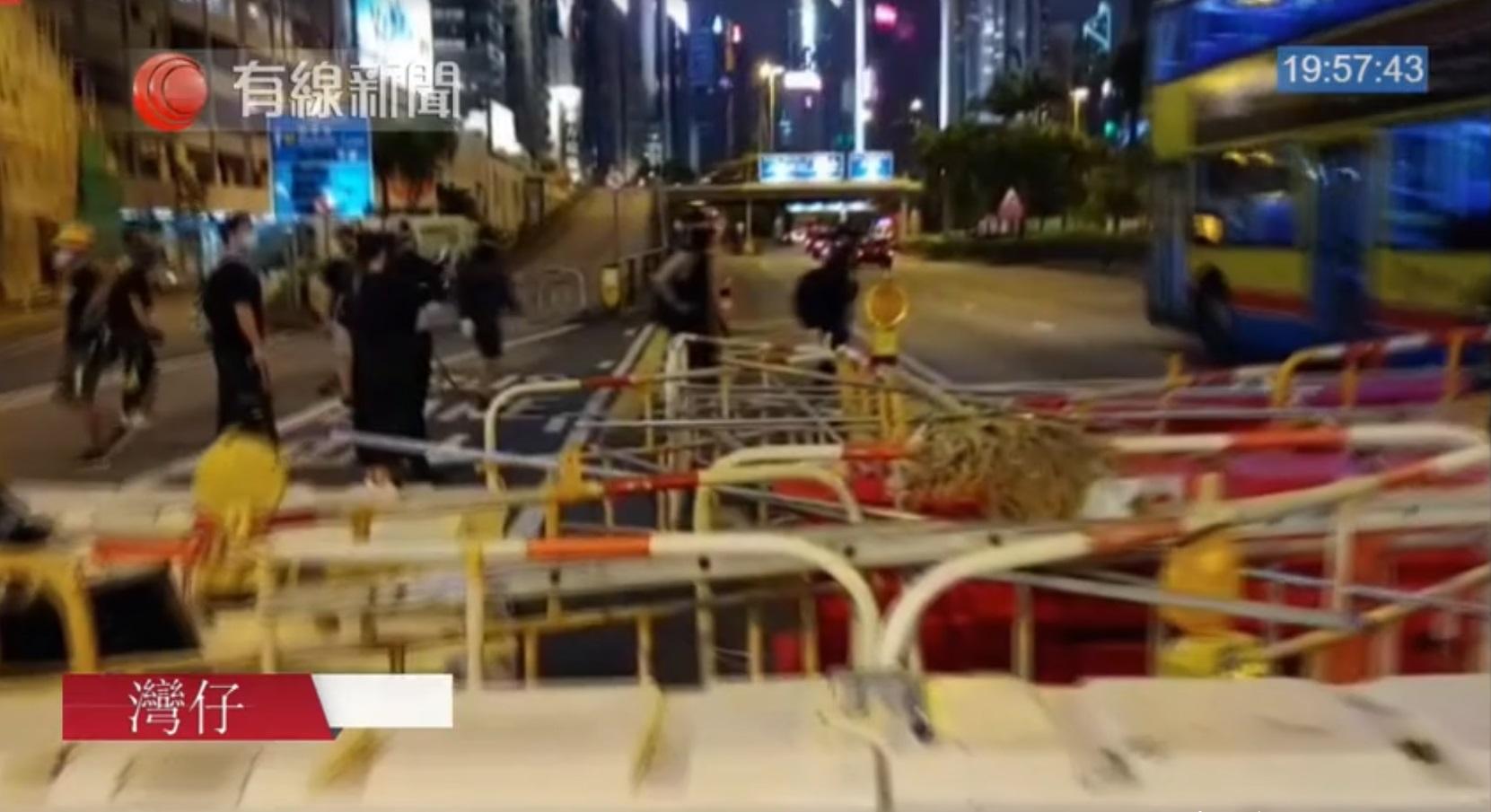 示威者一小時內三度堵塞銅鑼灣告士打道西行線。有線截圖
