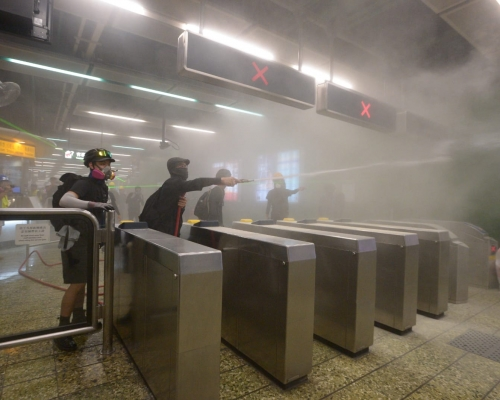 防暴警葵芳站放催淚彈及橡膠子彈驅散示威者 列車不停站