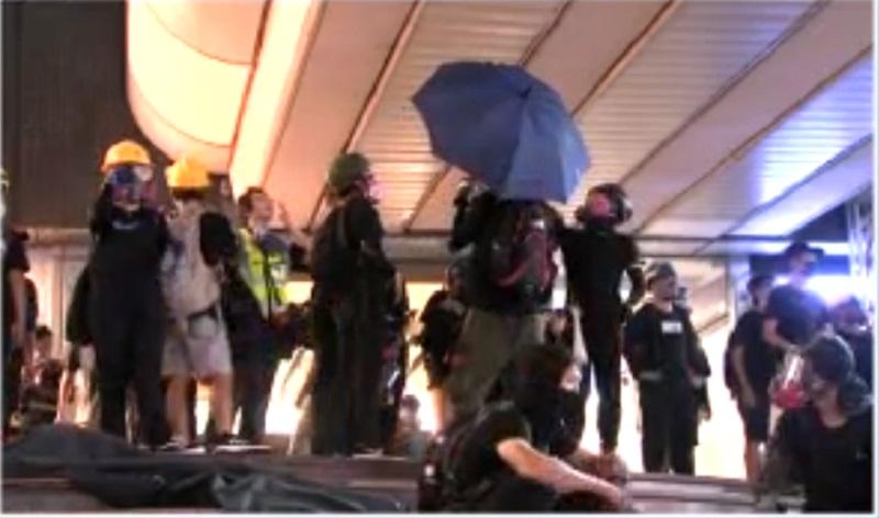 示威者塗鴉閉路電視鏡頭。NOW新聞截圖