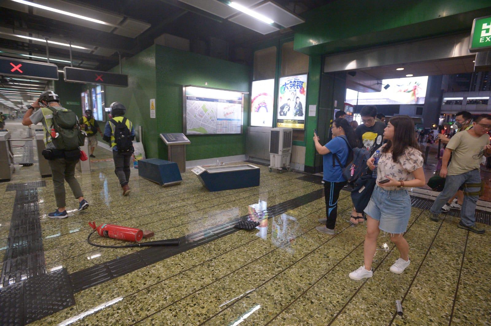 葵芳站衝突過後一片凌亂。