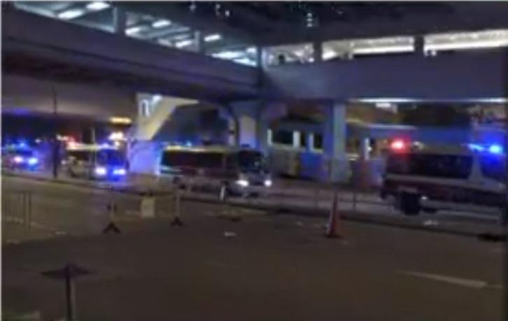 大批示威者晚上9時半過後,在葵涌警署外聚集。NOW新聞截圖