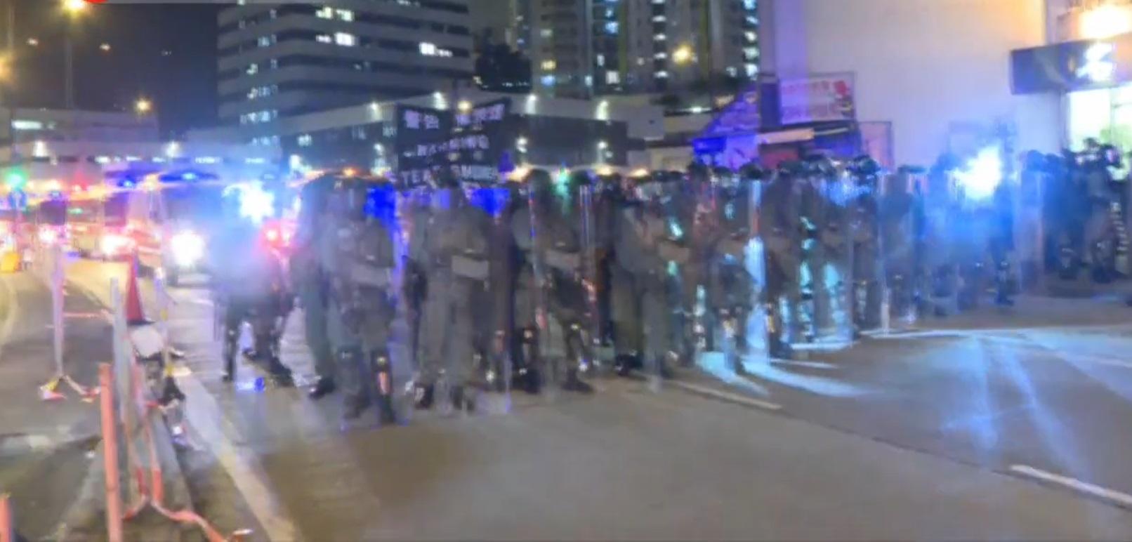 葵涌警署外警察射催淚彈驅散。有線新聞