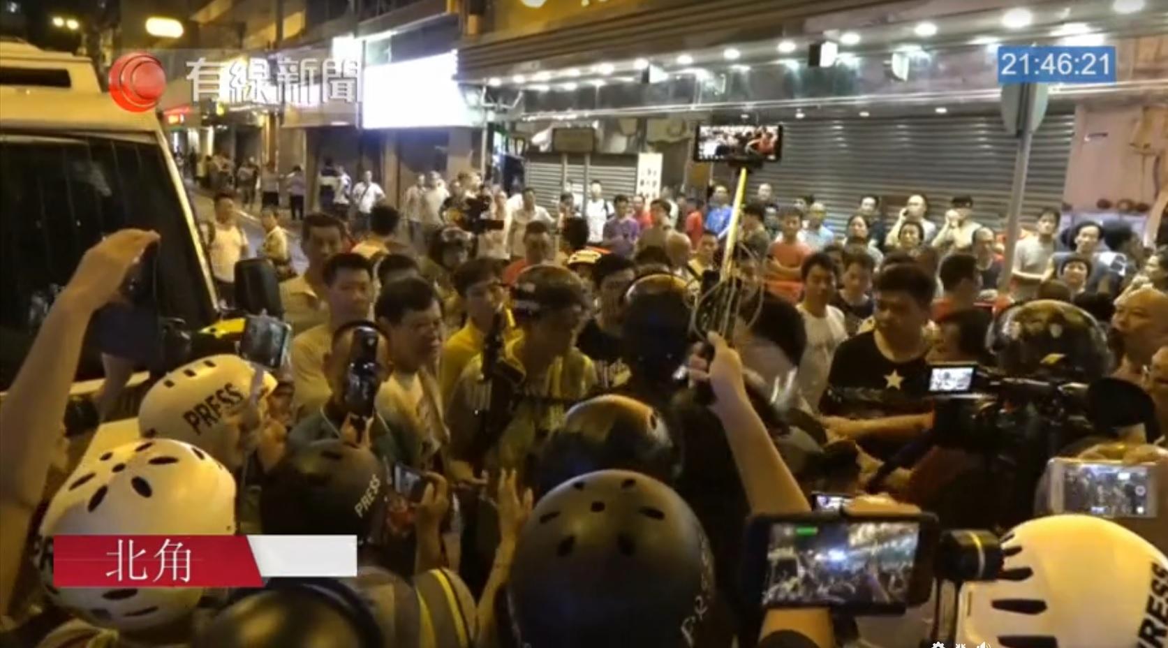北角大批群眾聚集並與市民及記者發生衝突。有線截圖