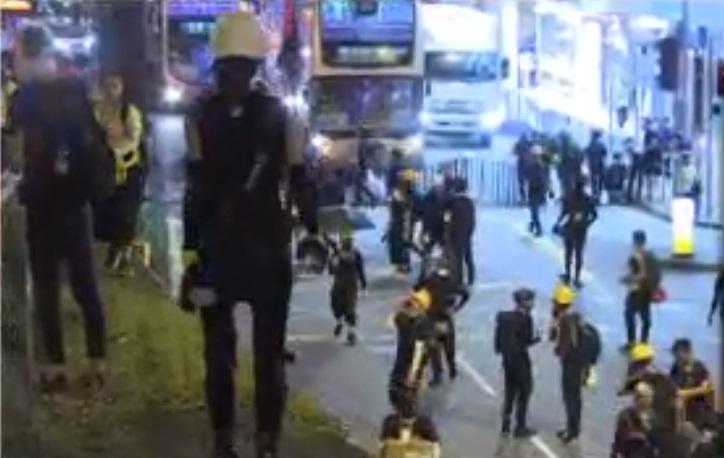 大批示威者堵塞葵涌道及荔枝角道。NOW新聞截圖