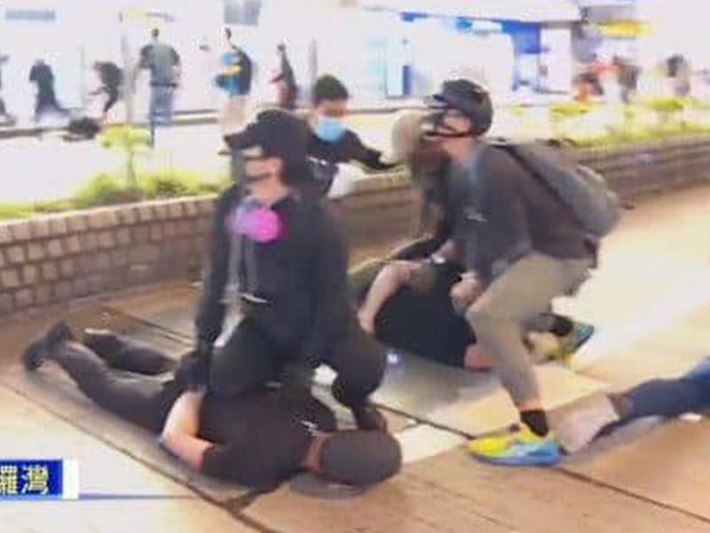 有人穿黑衫戴口罩混入人群,拘捕示威者。Now新聞截圖