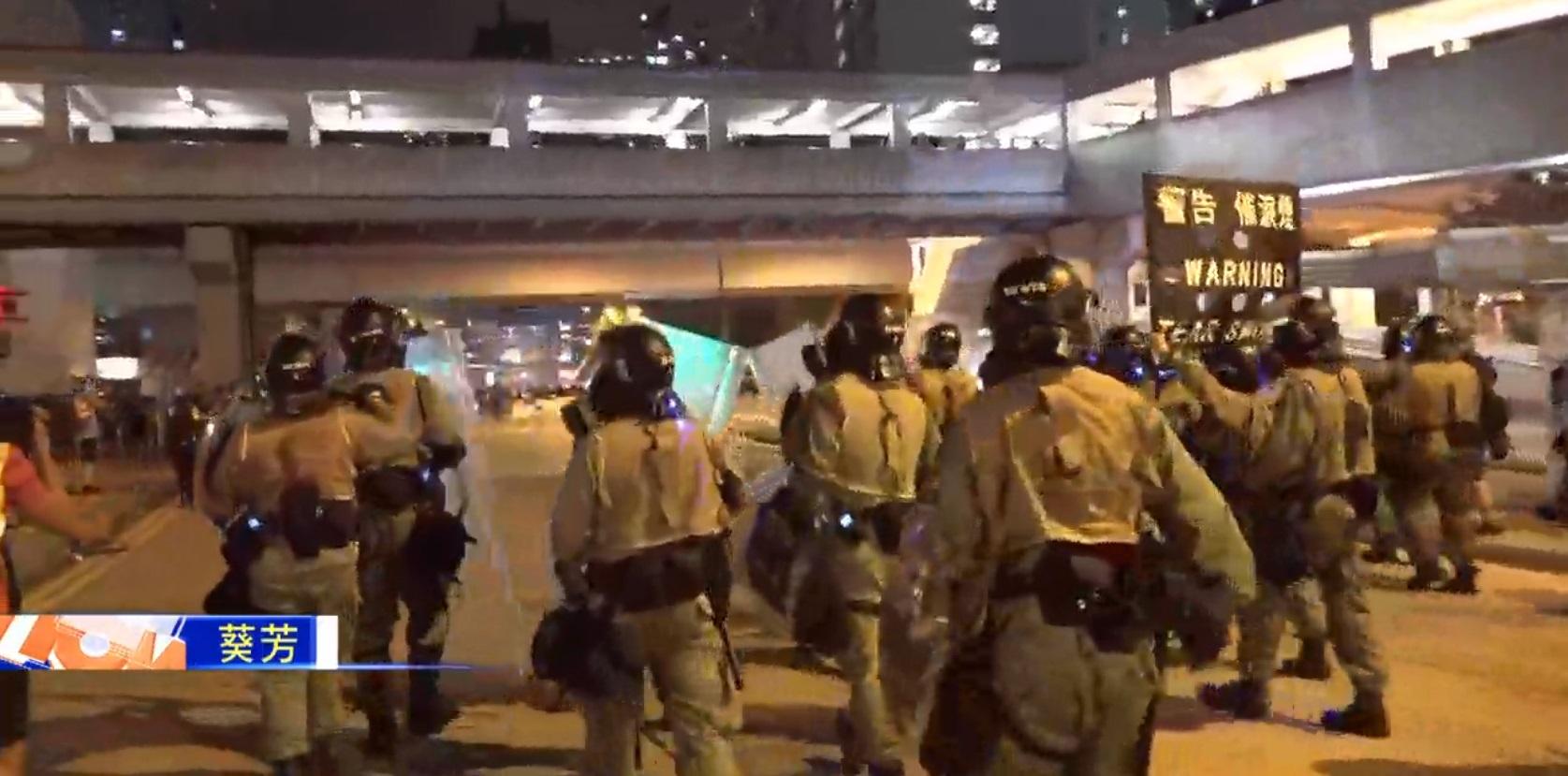 警察射催淚彈驅散。NOW新聞截圖