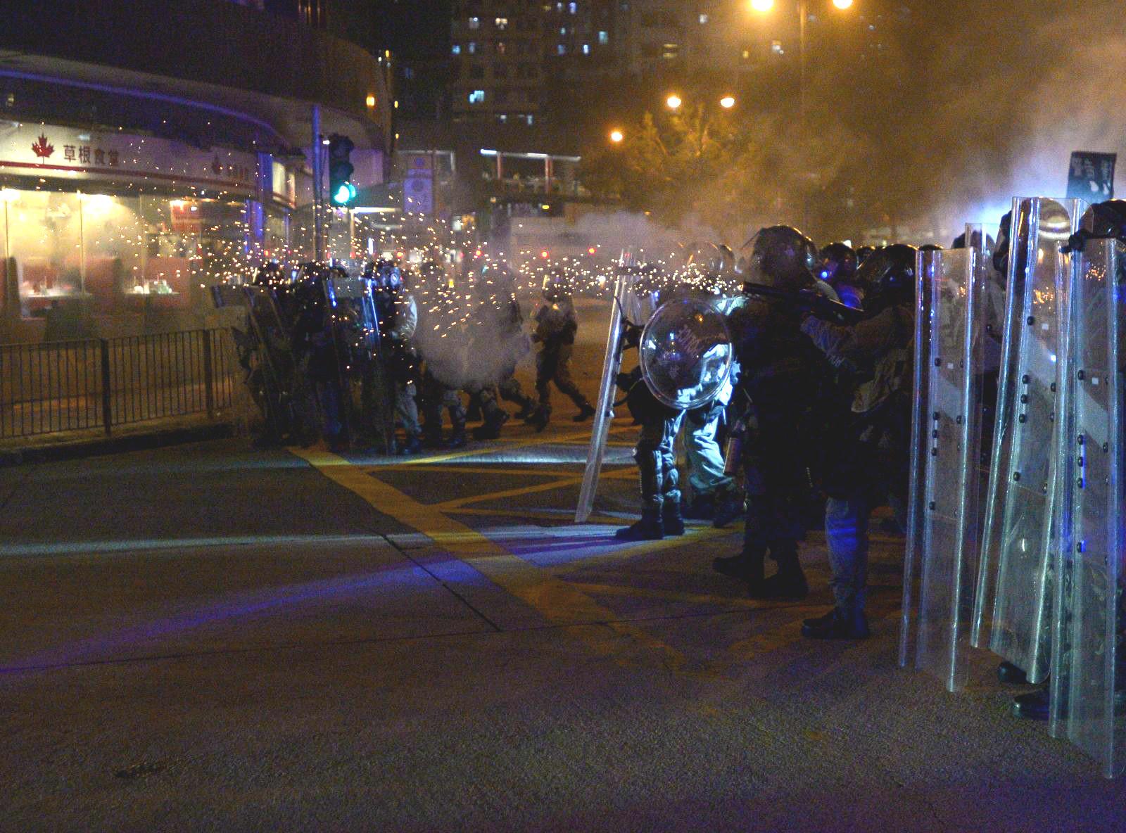 防暴警察發射催淚彈及橡膠子彈。