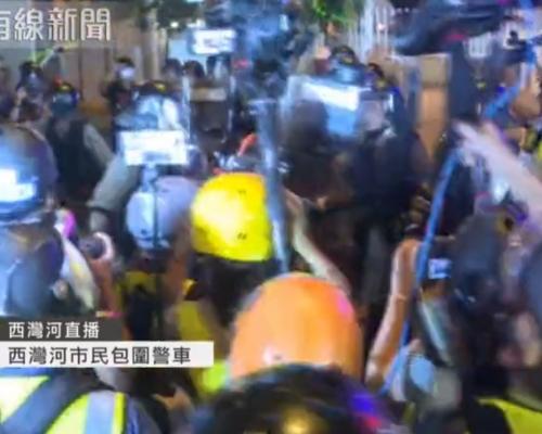 【逃犯條例】群眾西灣河包圍警車投擲雜物 警察揮警棍出催淚水劑