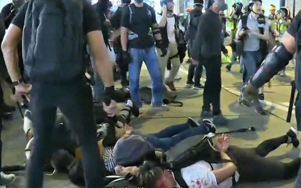 【逃犯條例】穿黑衣持警棍人士 銅鑼灣制服多名示威者