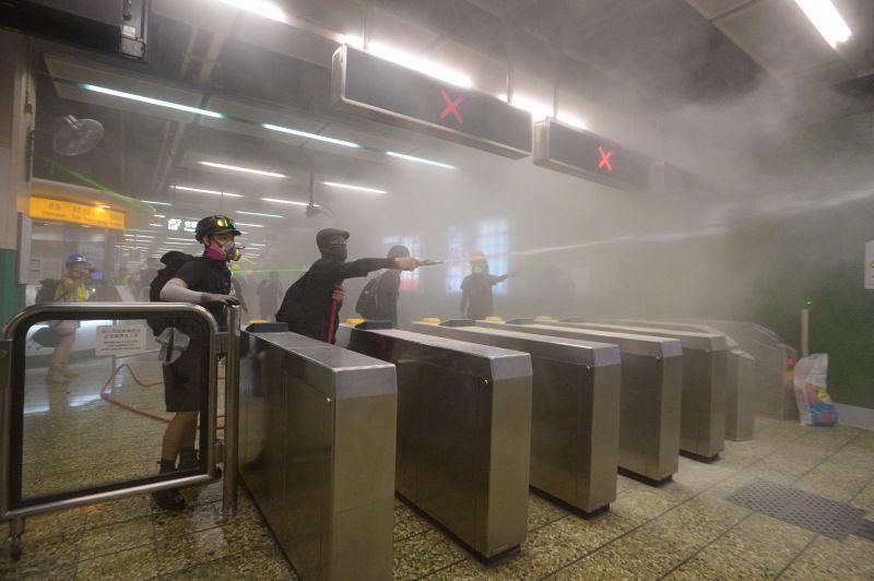 葵芳站昨晚(11日)示威者與警方爆發激烈衝突。