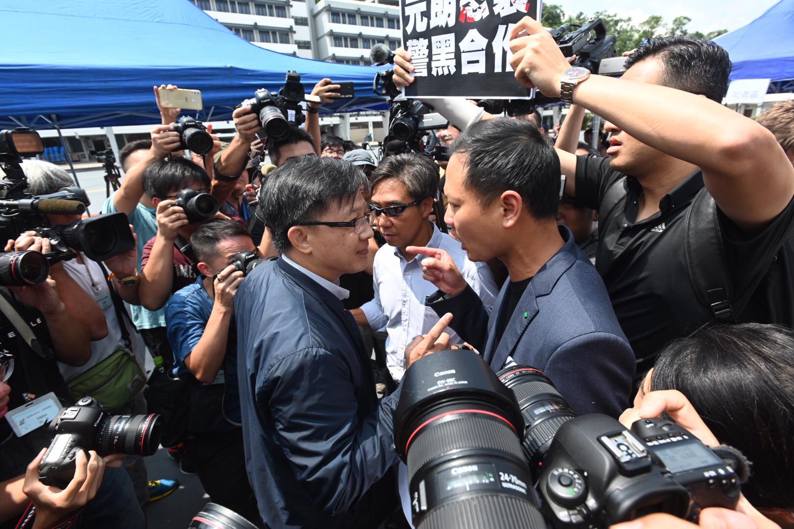 民主派議員與何君堯(左)發生口角。