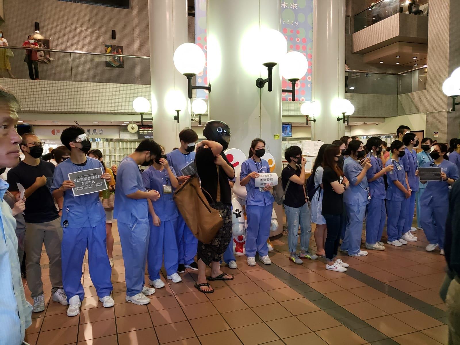 東區醫院主座大樓有醫護人員舉行集會。  香港突發事故報料區fb/網民Suikai Lam圖