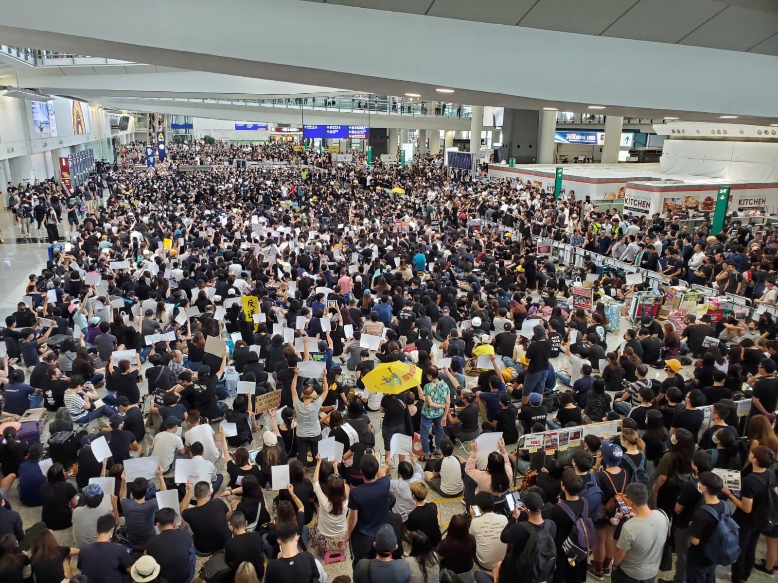 市民響應號召到機場集會。 梁國峰攝